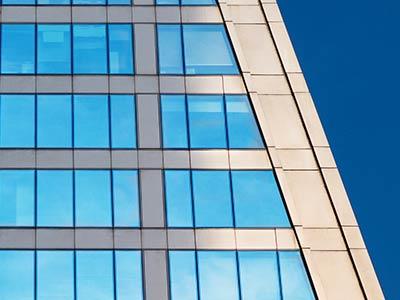 Jakie mają wymiary i czym zasłonić okna trapezowe?