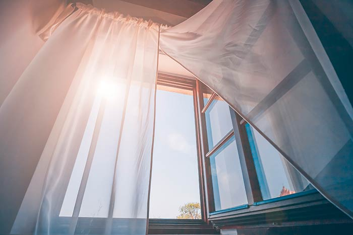 Firanki w oknie mogą stanowić przeszkodę w otwieraniu okien